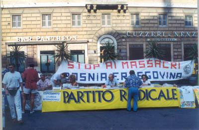 A Roma nel 1991 ai tavoli del PRT durante una manifestazione per denunciare i massacri in Bosnia.