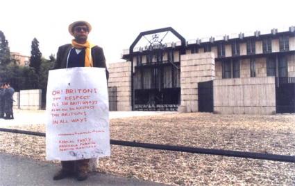 davanti l'Ambasciata inglese contro le discriminazioni degli omosessuali 1988