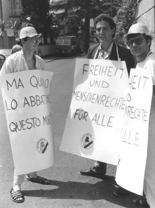 Andrea Tamburi con Sandro Ottoni Francesco Rutelli davanti all'ambasciata della DDR, 1986